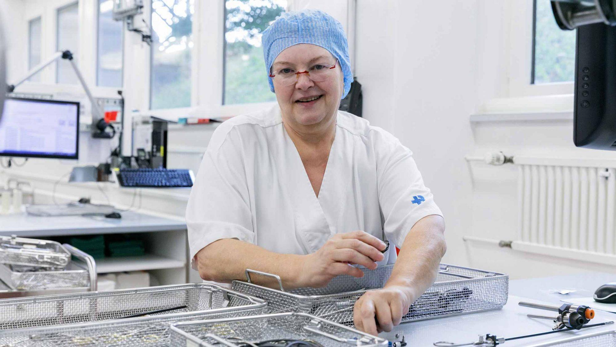 Rosmarie Weber, Stationsleiterin der AEMP, sortiert OP-Instrumente.