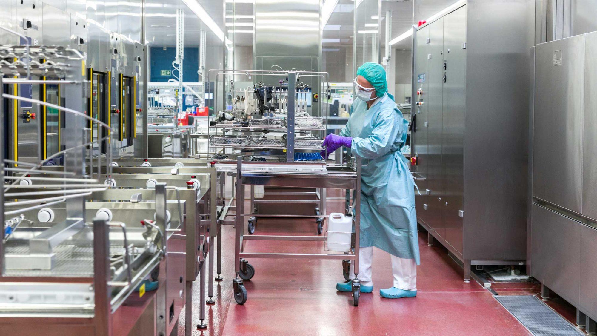 Die OP-Instrumente lädt die Sterilisationsassistentin auf den Waschgutträger.