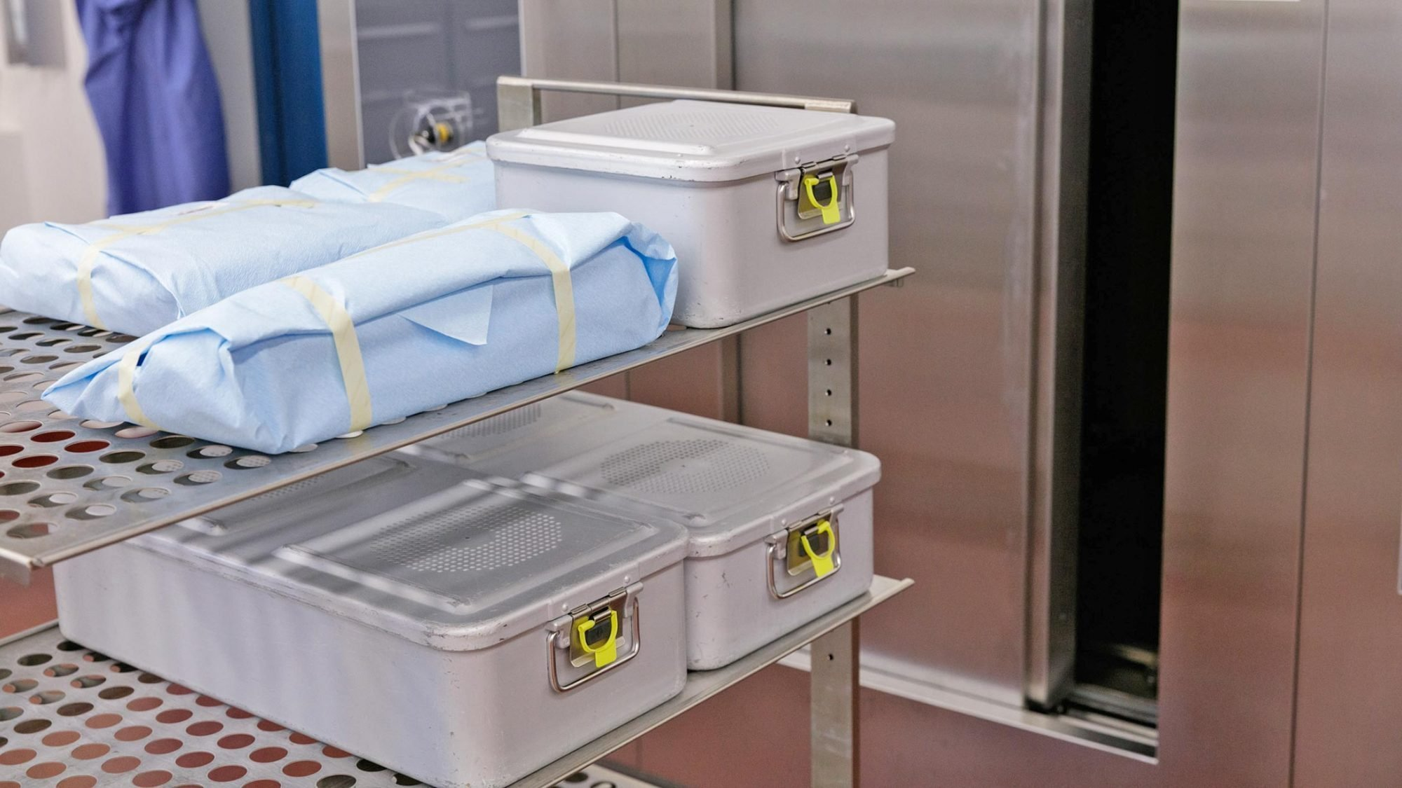 Die verpackten Sets mit Instrumenten kommen in den Sterilisator.