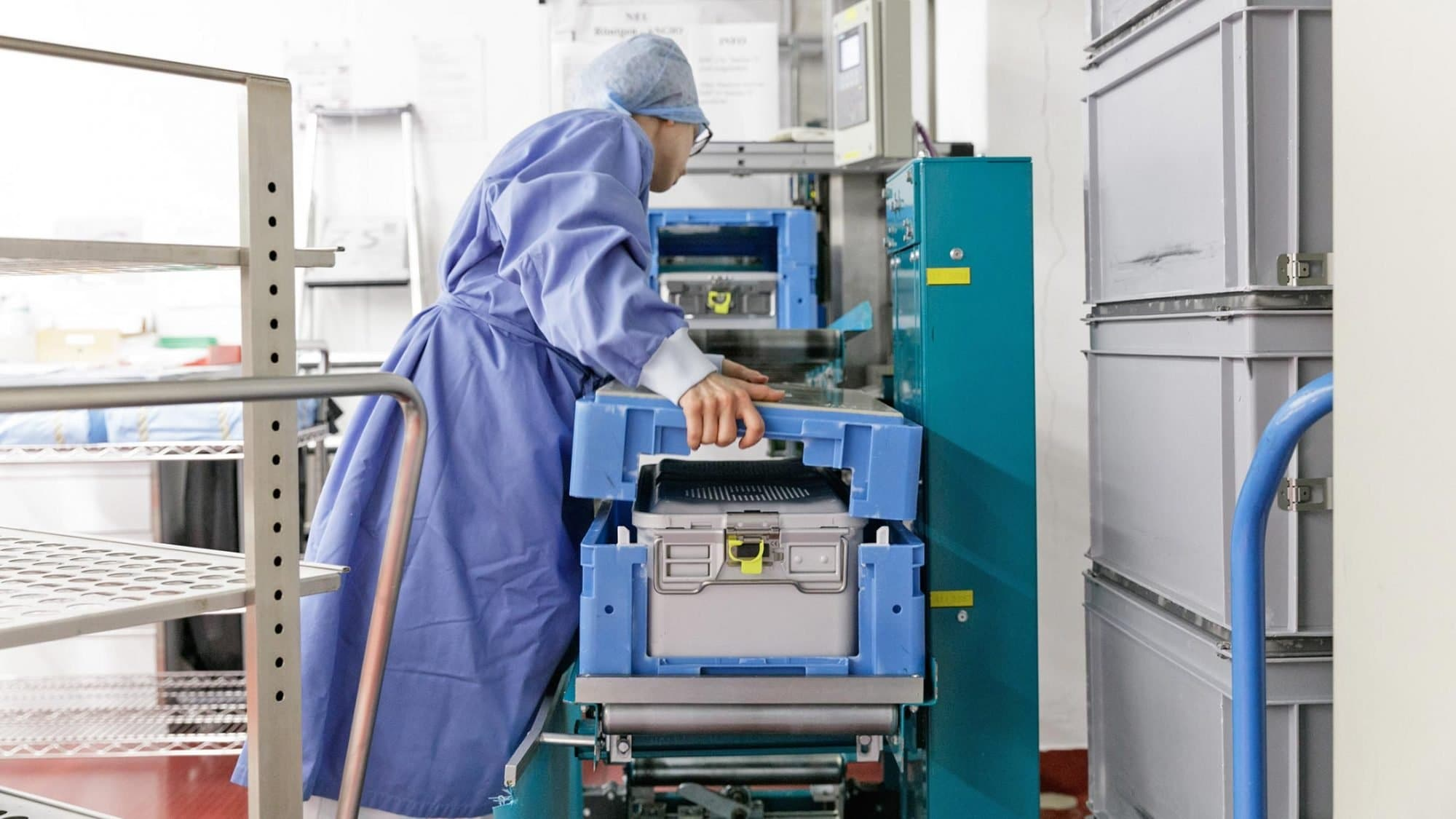 Die Sterilisationsassistentin speist die sterilen Instrumente wieder in das interne Transportsystem.