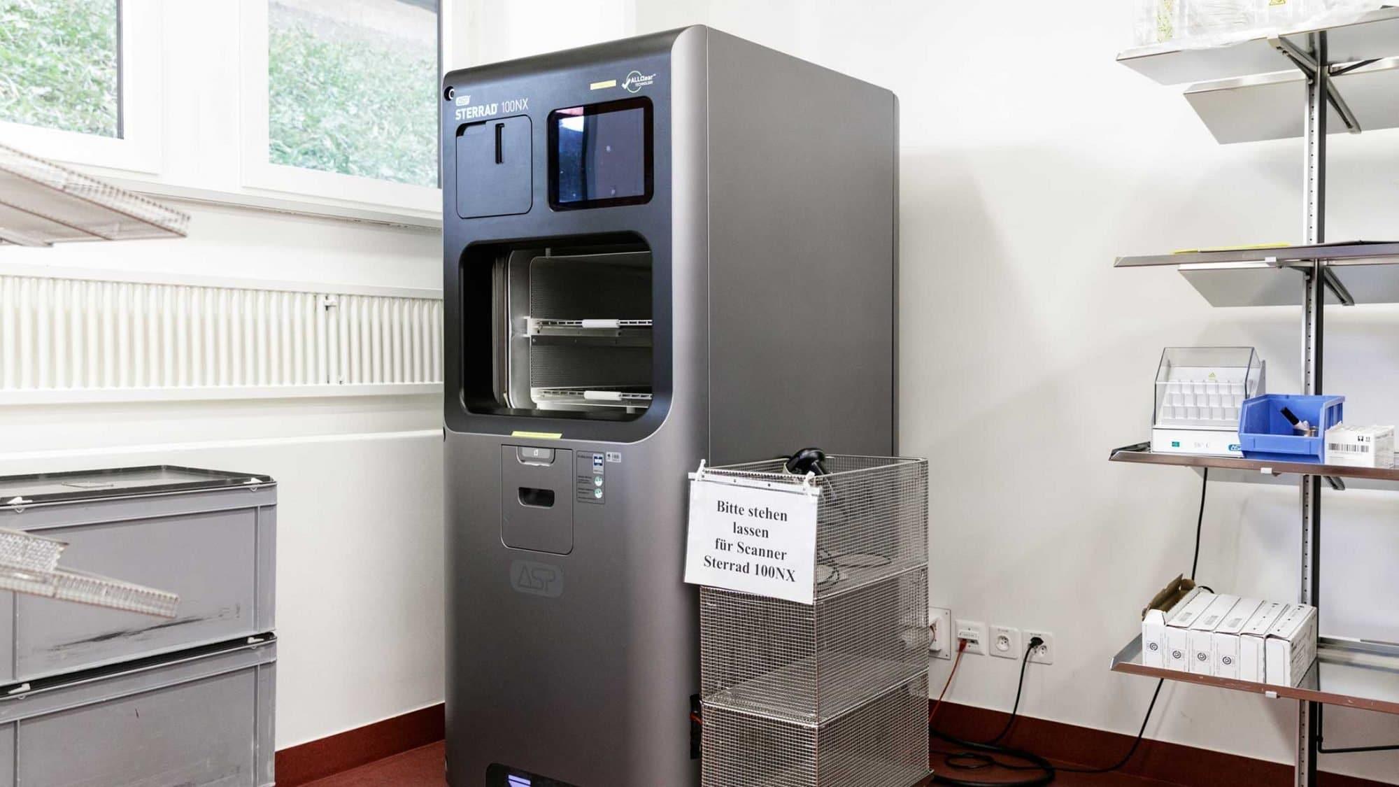 In einem Sterilisator werden die OP-Instrumente sterilisiert.