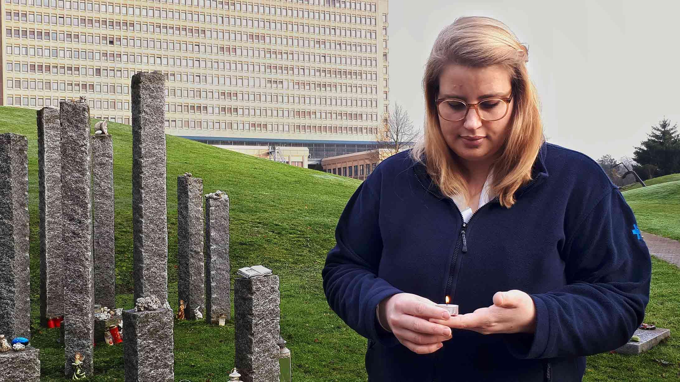 Totgeburt: Die Hebamme Felicia Burckhardt steht vor der Gedenkstätte für frühverlorenen Kinder am KSB mit einer Kerze in der Hand.