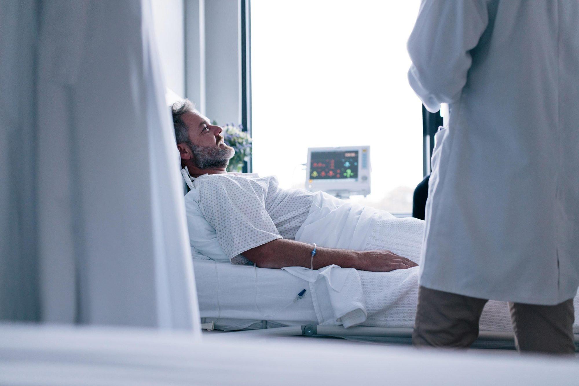 Patient liegt in seinem Bett