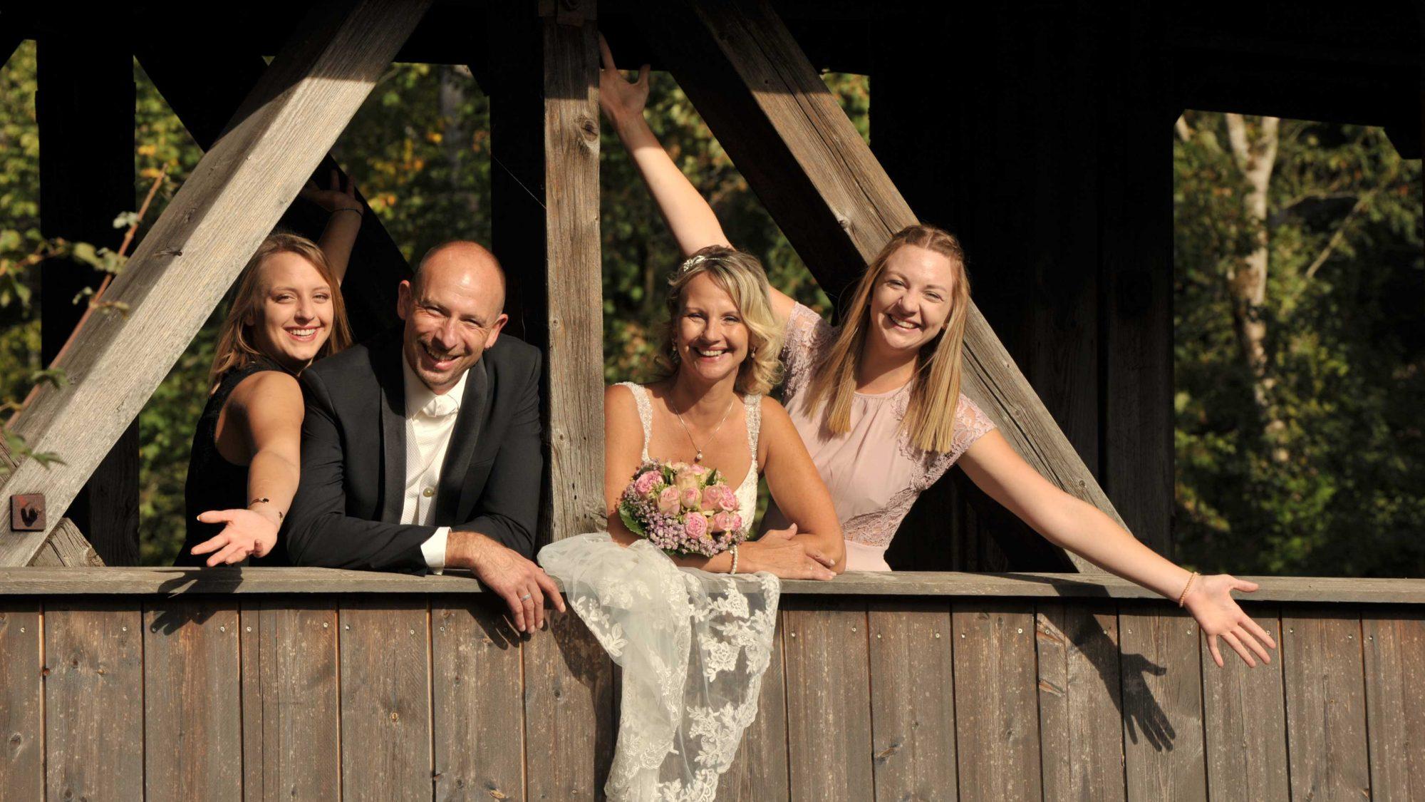 Brustkrebs: Die ehemalige Patientin Carina Bürgin mit ihrem Ehemann und ihren beiden Töchtern.