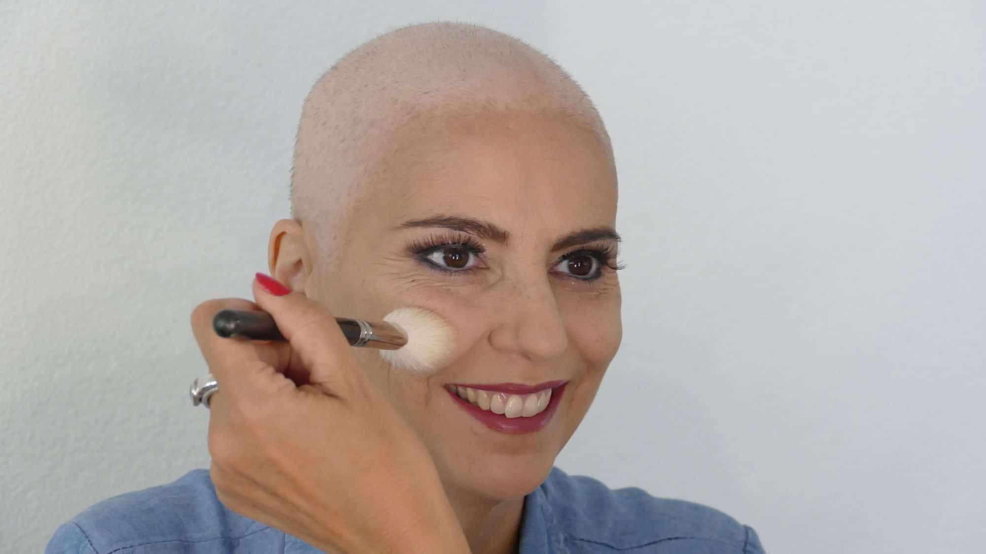 Schminken bei Chemotherapie: Rouge auftragen.