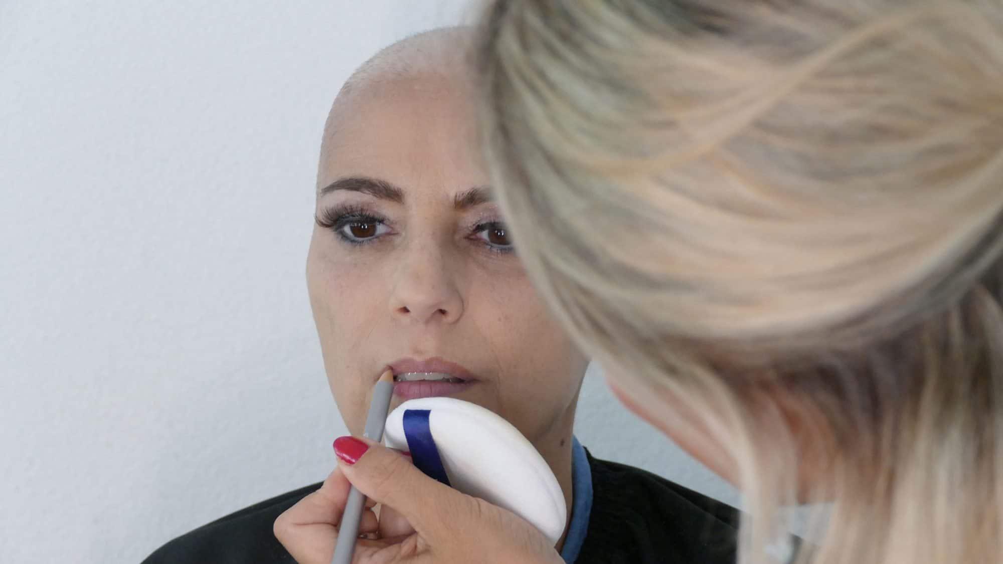 Schminktipps bei Chemotherapie: Mit dem Konturenstift die Lippen ausmalen.