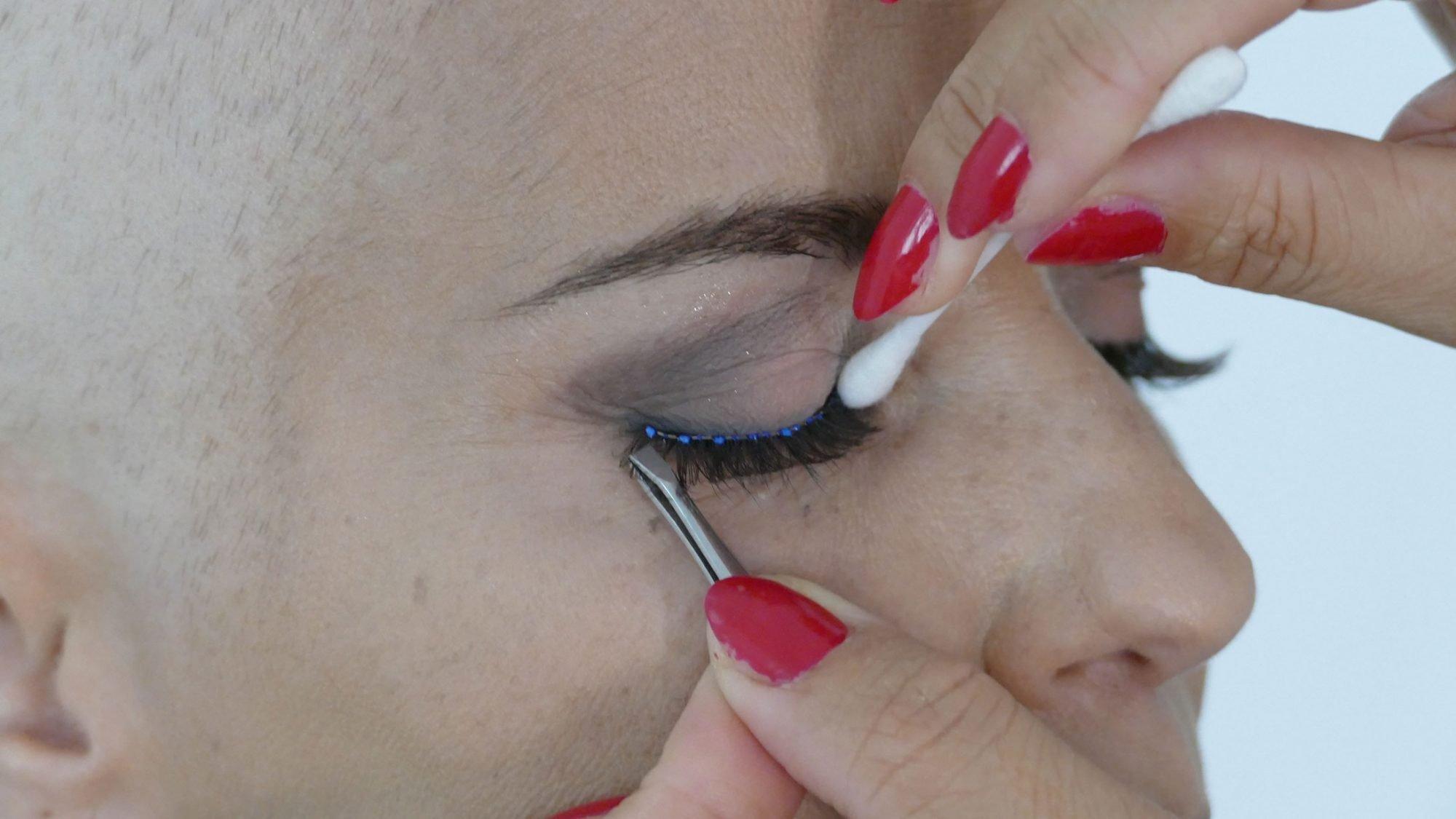 Schminktipps bei Chemotherapie: Wimpern aufkleben.