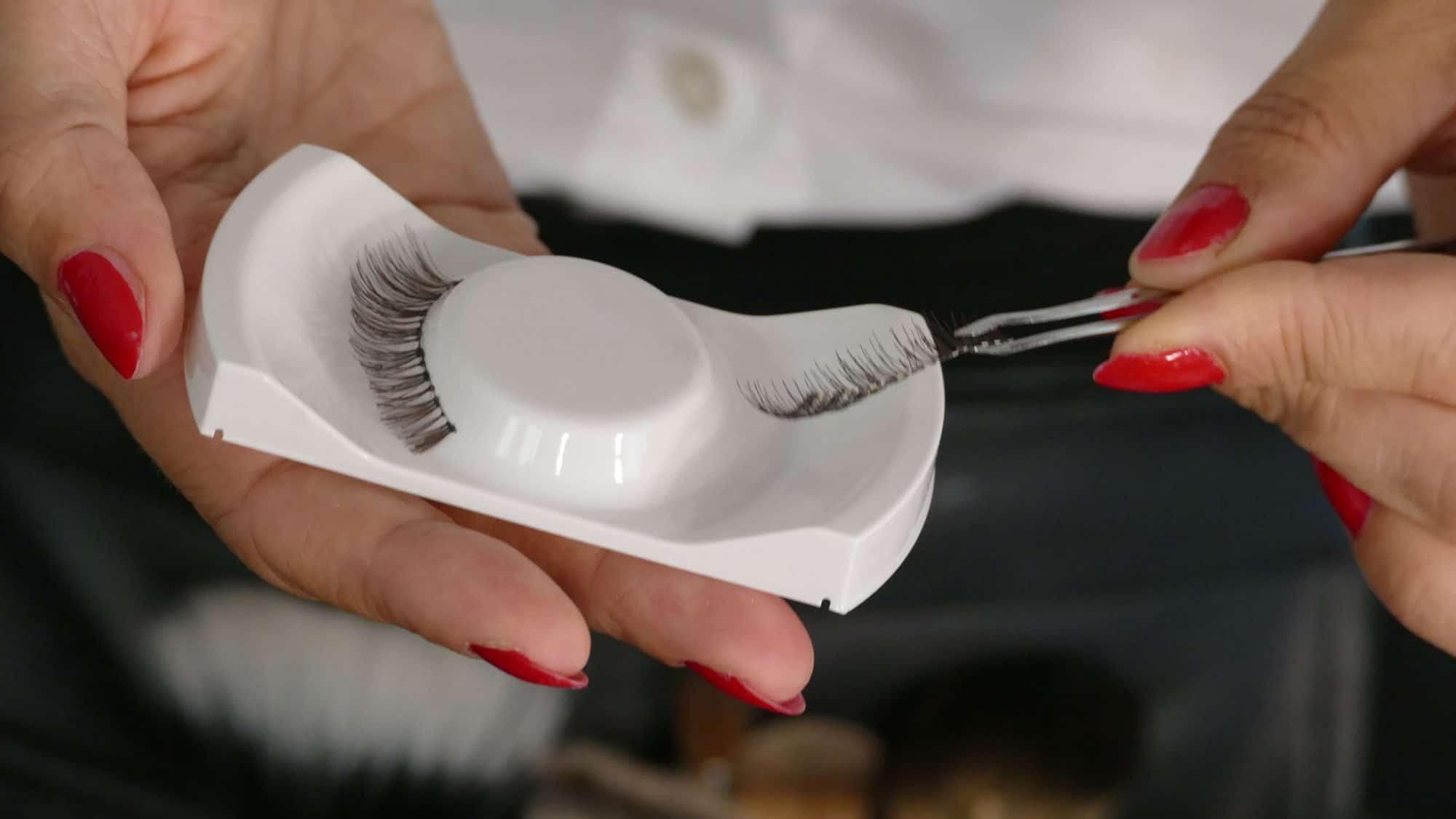 Schminktipps bei Chemotherapie: Künstliche Wimpern mit Pinzette.