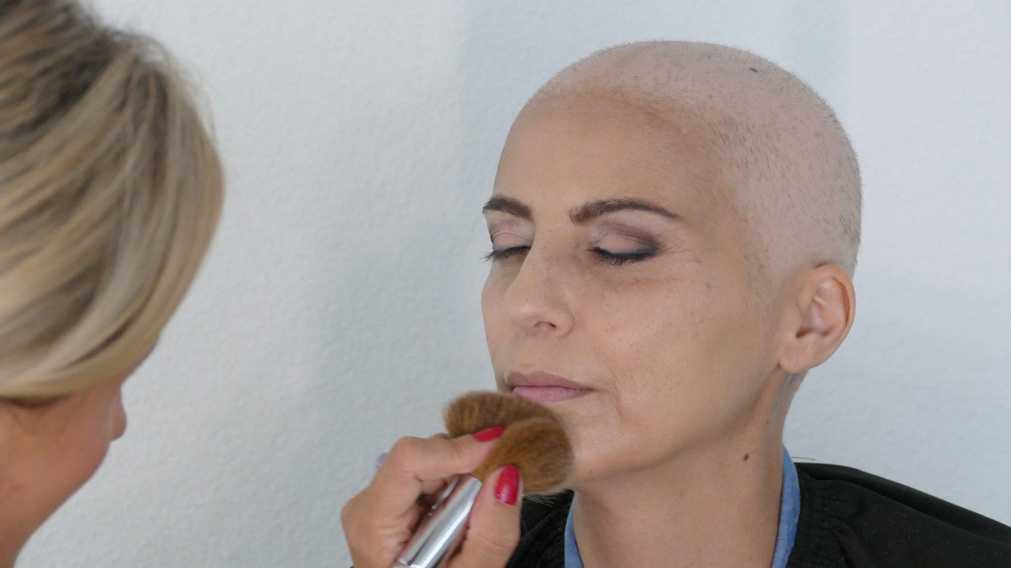 Schminken bei Chemotherapie: Fixierpuder auftragen.