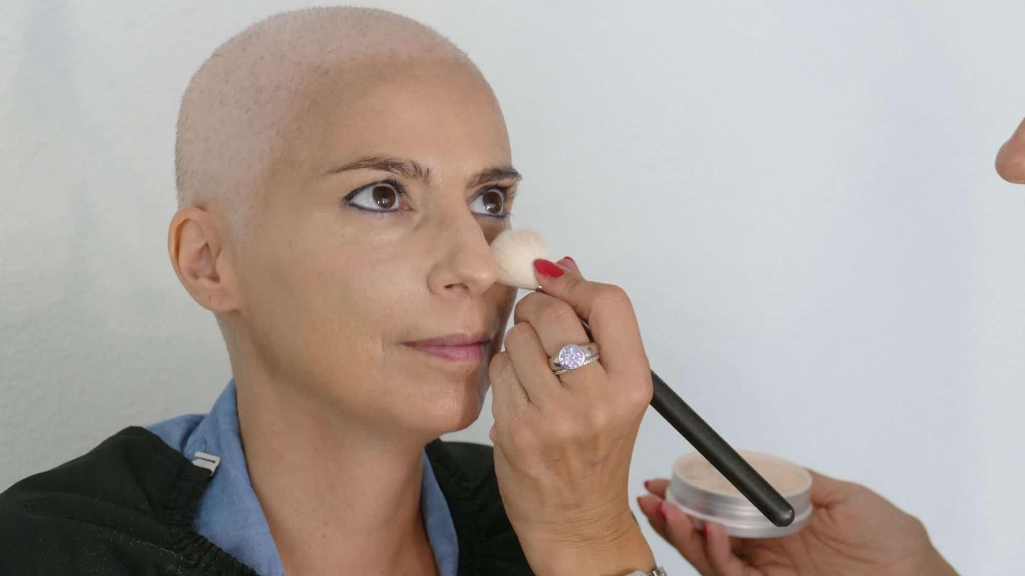 Schminktipps bei Chemotherapie: Puderbank unter den Augen auftragen.