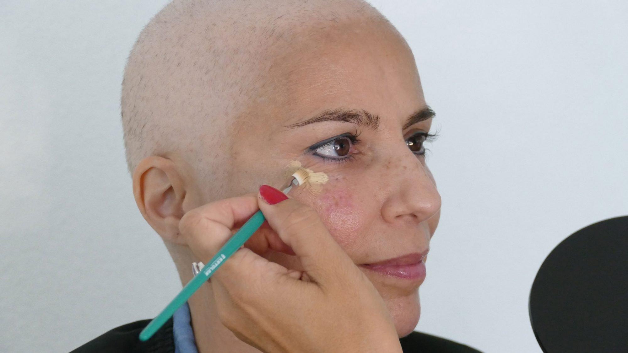 Schminktipps bei Chemotherapie: Concealer auftragen.