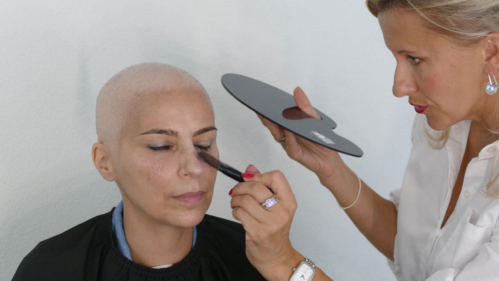 Schminktipps bei Chemotherapie: feuchtigkeitsspendende Crème auftragen.