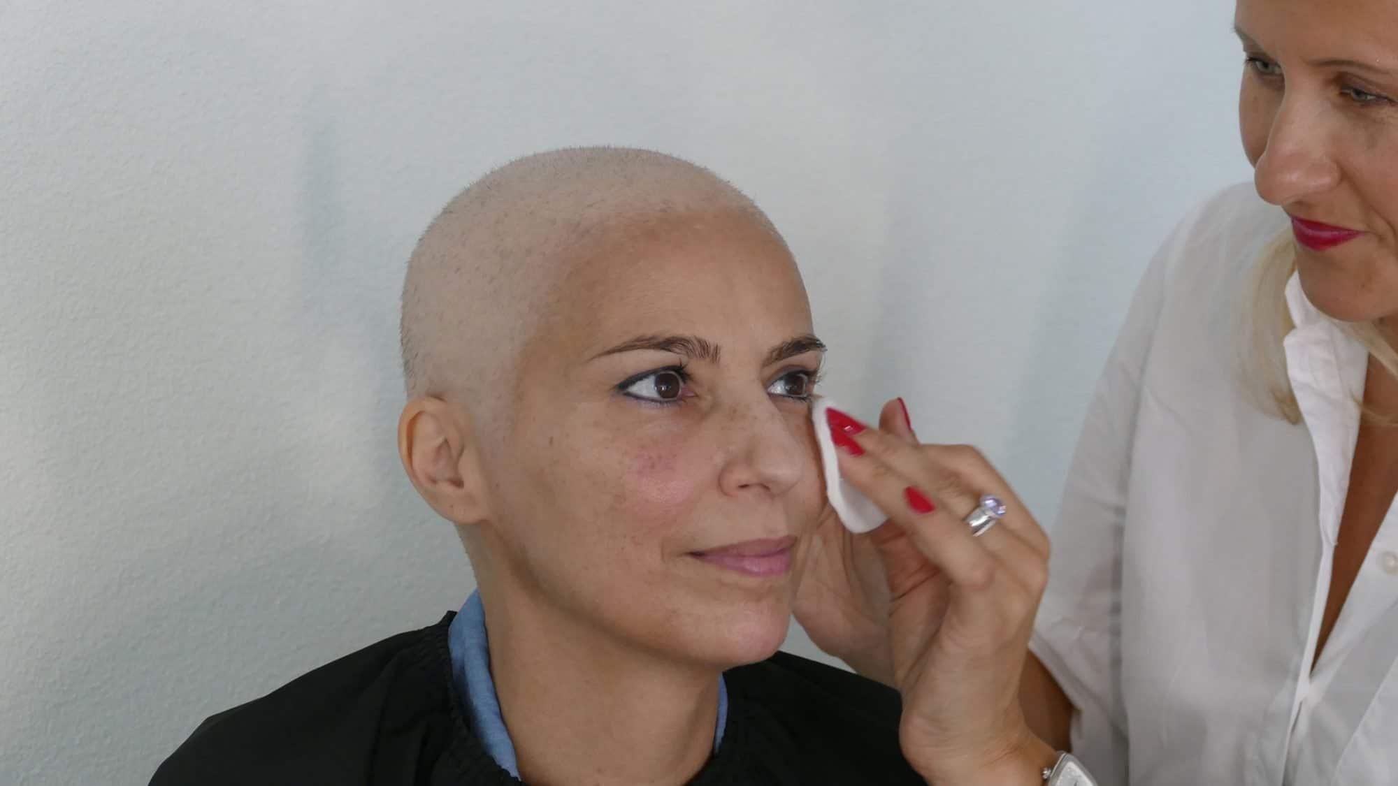 Schminken bei Chemotherapie: Tonic auftragen.