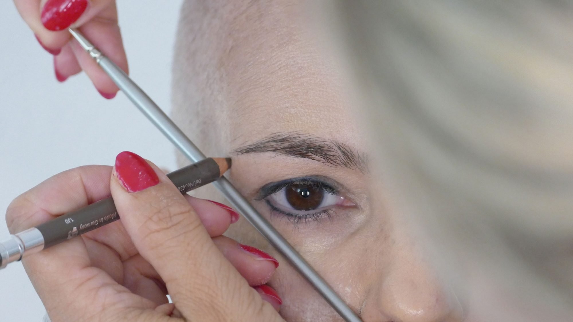 Schminken bei Chemotherapie: Beginn der Augenbrauen festlegen.