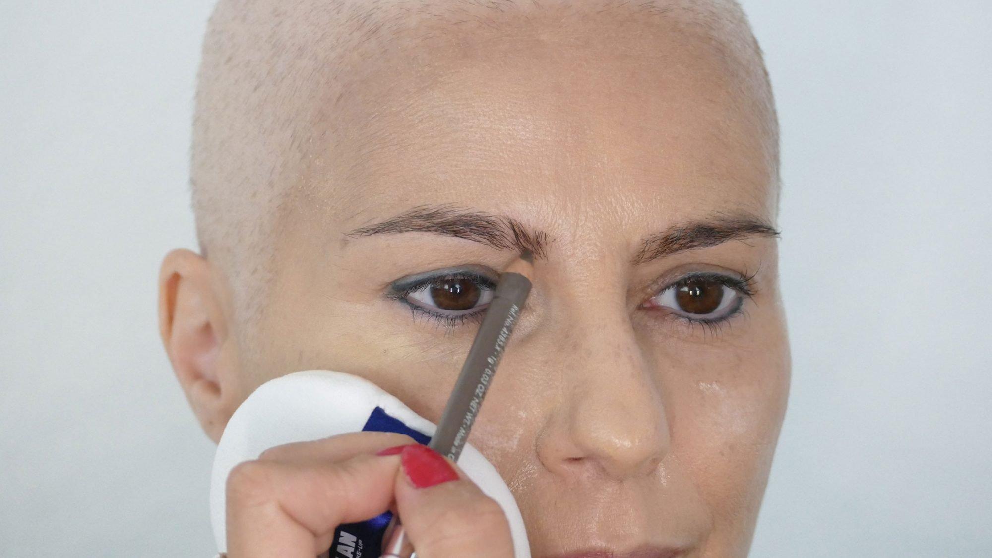 Schminktipps bei Chemotherapie: Augenbrauen nachziehen.