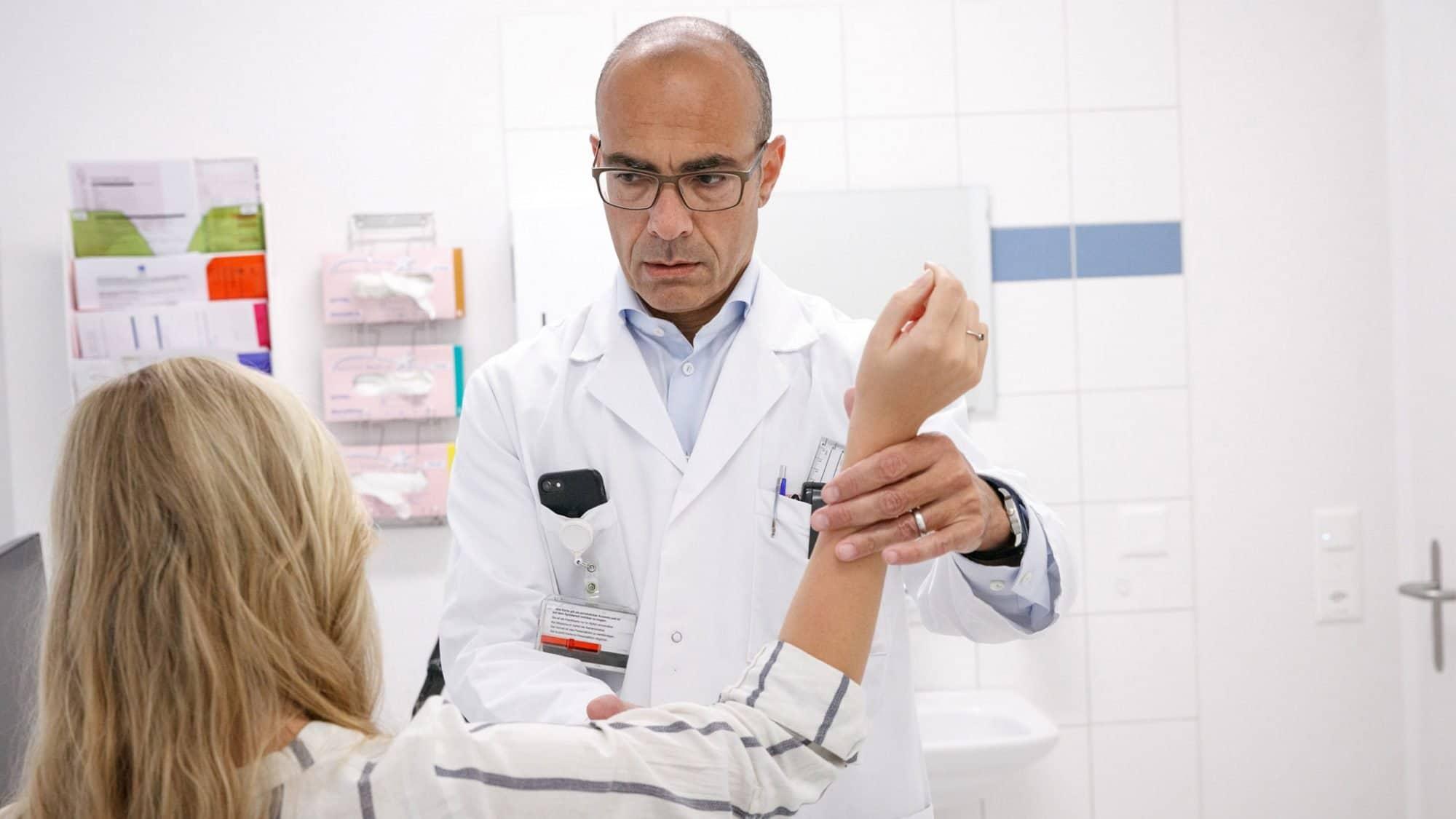 Karim Eid untersucht eine Patientin mit einer Frozen Shoulder.