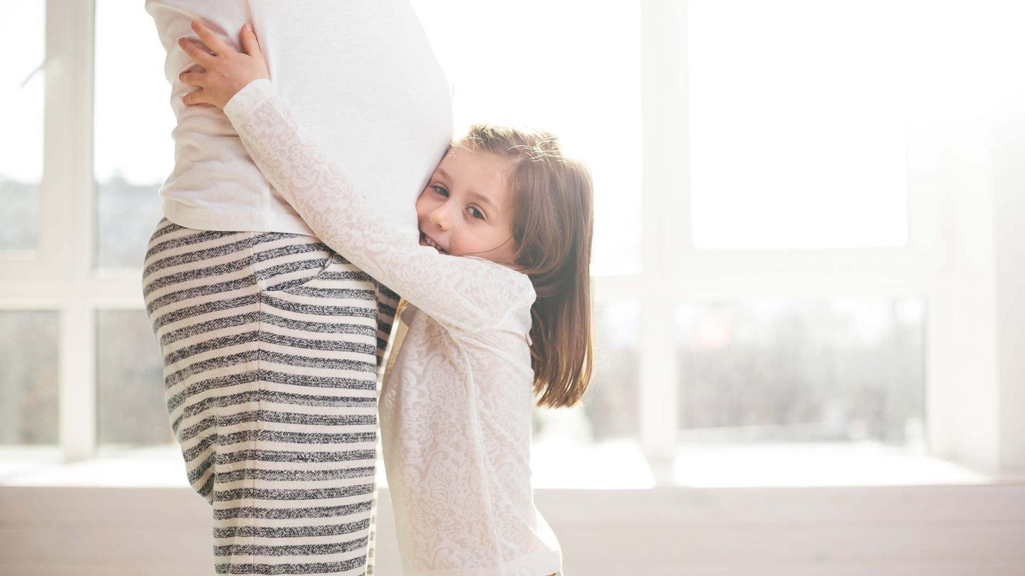 Geburtsmythen: Eine Schwangere mit ihrem Kleinkind.