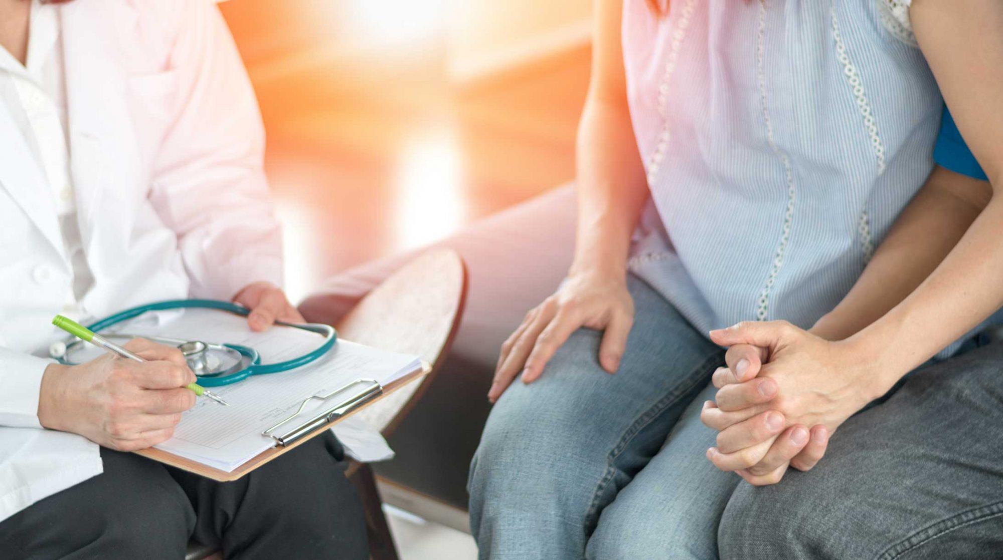 Kinderwunsch: Ein Paar im Gespräch mit einem Arzt.