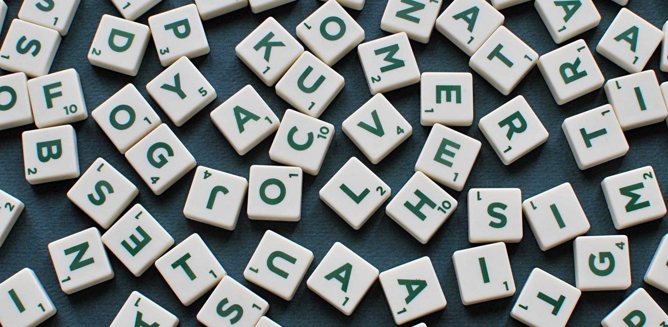 Logopädie: Buchstaben auf einer Fläche