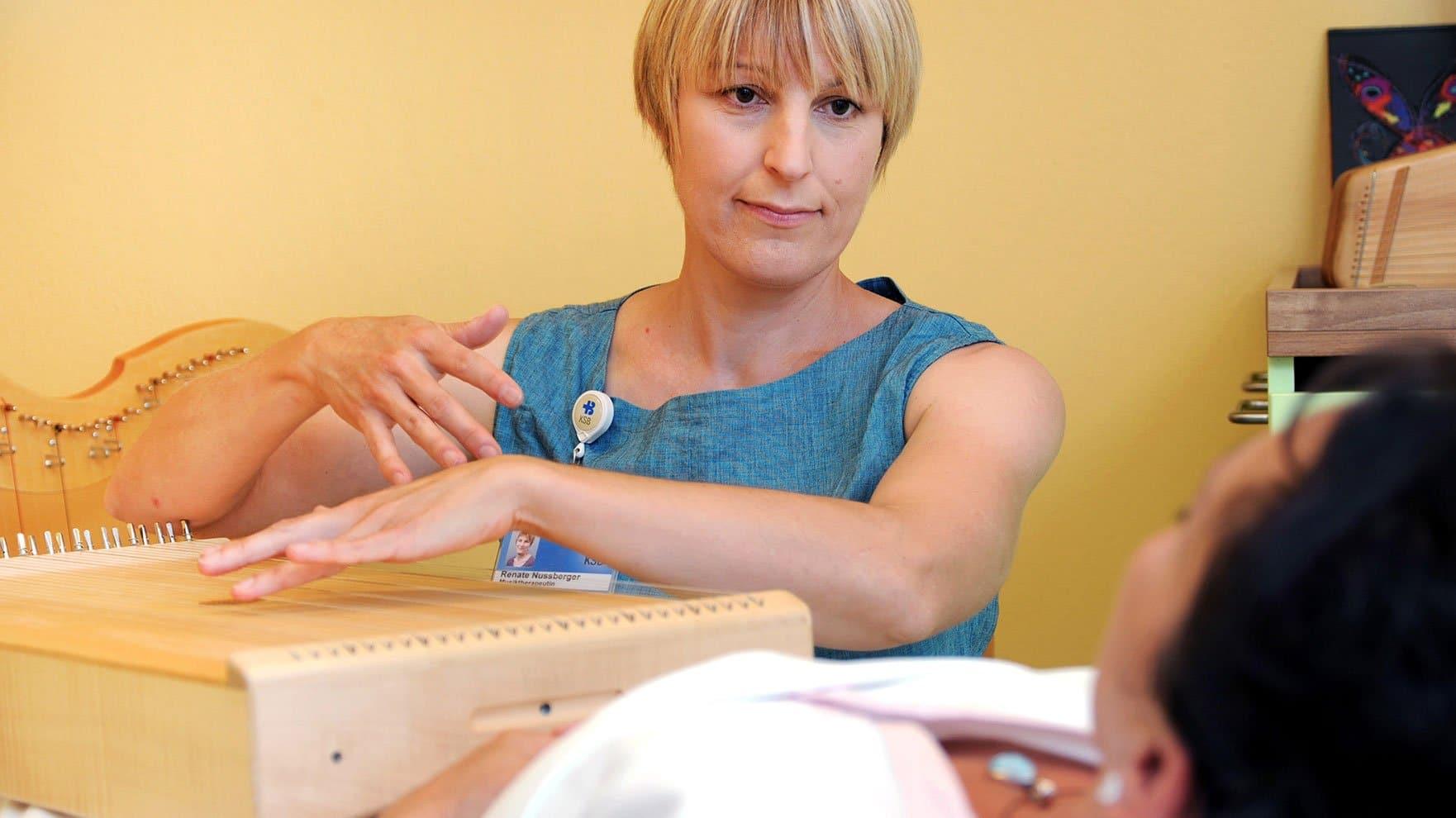 Musiktherapeutin Renate Nussberger spielt auf einer Körpertambura.