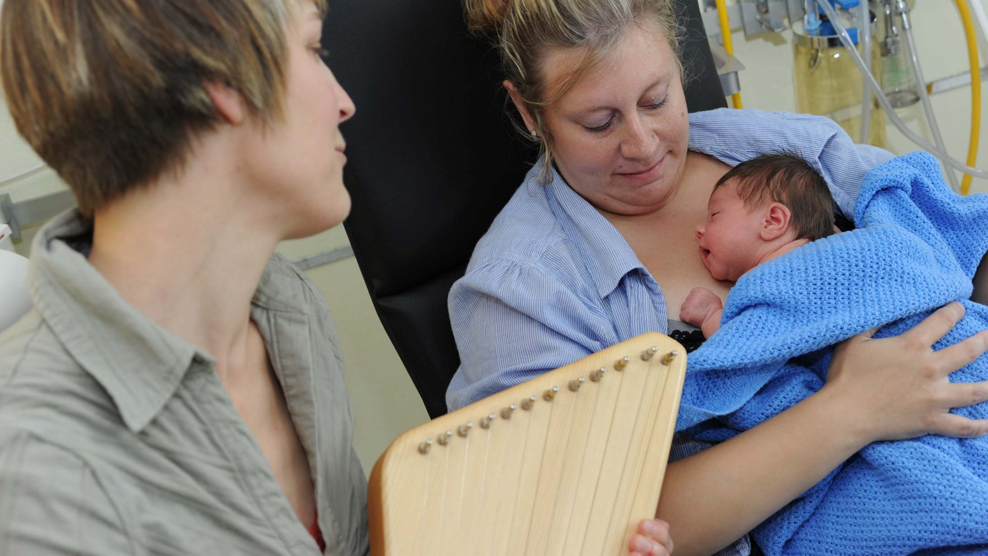 Frau spiel beruhigende Musik für das Neugeborene