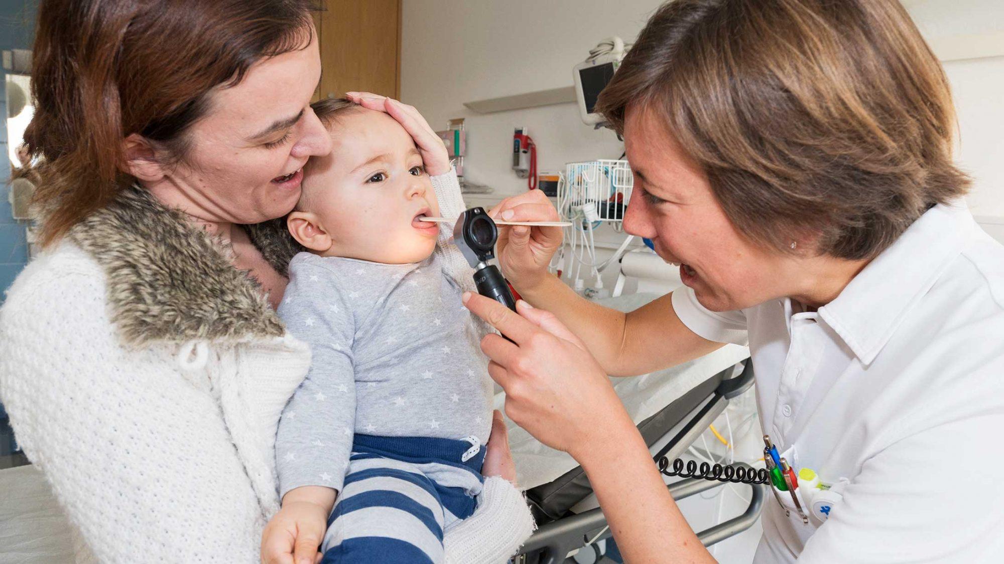 Notfälle bei Kindern: Eine Ärztin behandelt ein Baby.