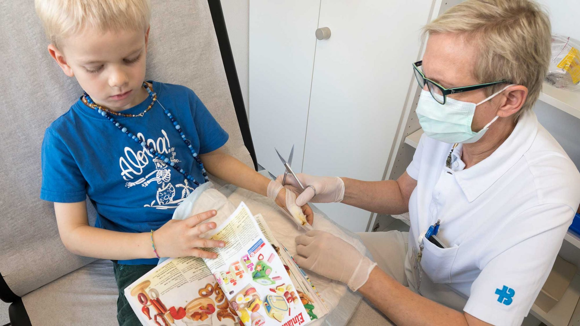 Notfall: Dr. Dörthe Harms Huser versorgt den Daumen eines kleinen Jungen.