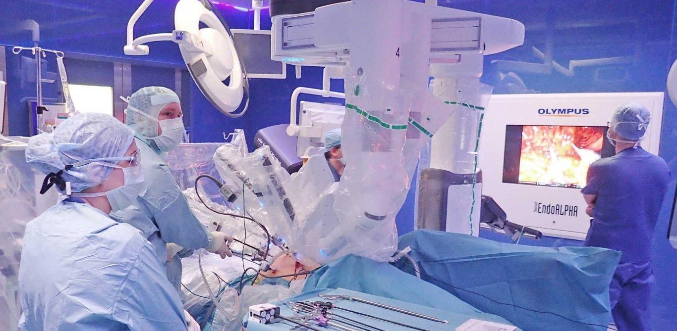 Chirurgen operieren mit dem Operationsroboter Da Vinci