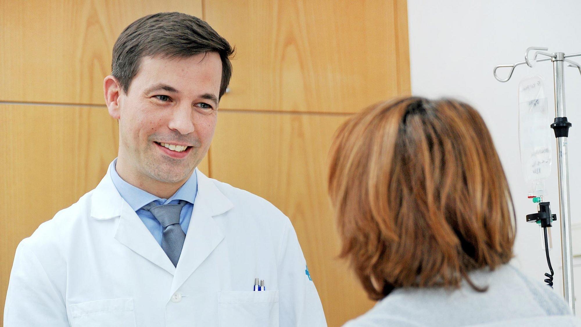 Prof. Dr. Martin Heubner im Gespräch mit einer Patientin.