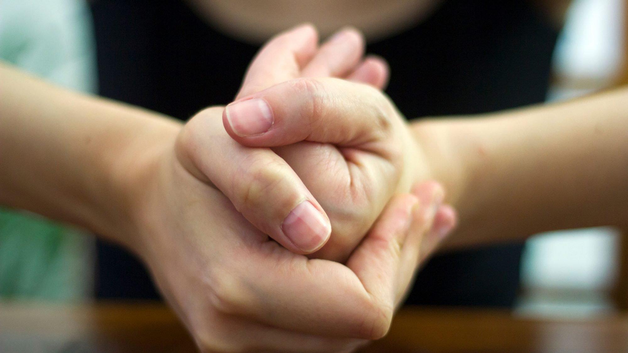 Arthrose durch Finger-Knacken? Ein Mythos, sagt Karim Eid vom KSB.