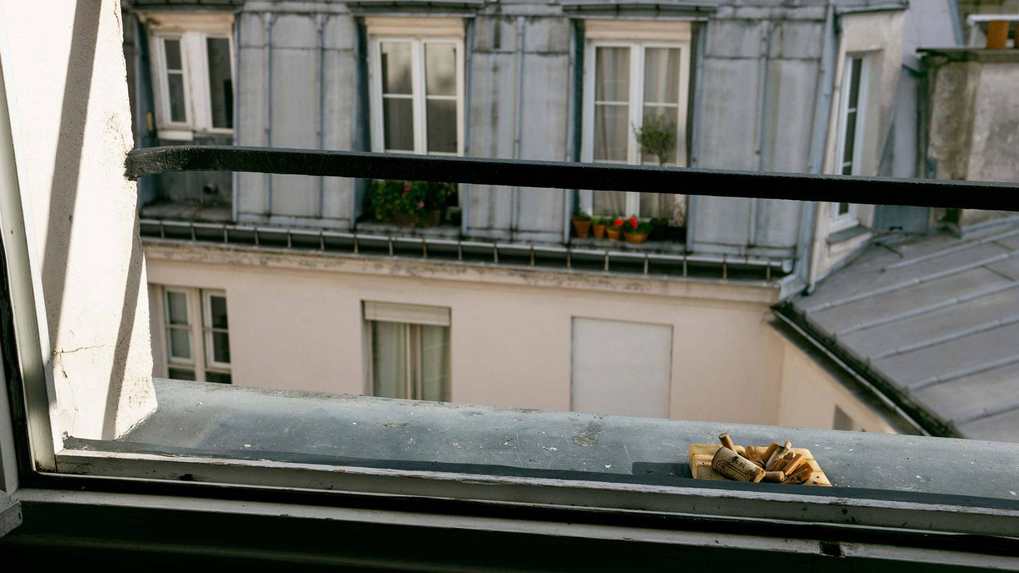 Blick aus dem Fenster mit Aschenbecher