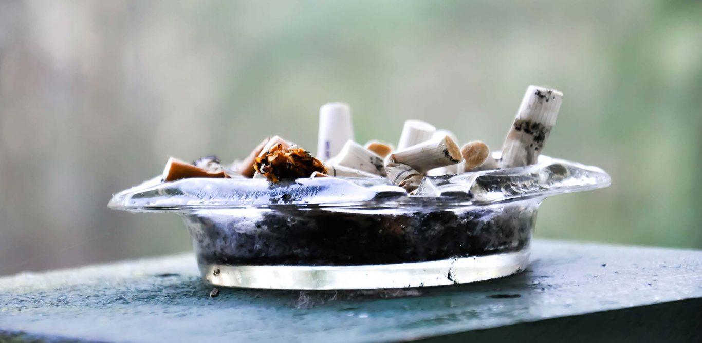 Rauchstopp: EIn Aschenbecher mit Zigaretten.