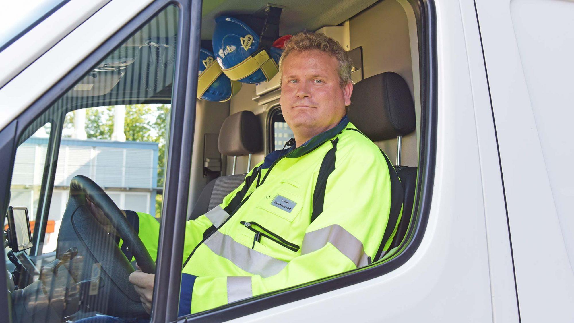 Rettungssanitäter Lukas Frey sitzt in der Ambulanz.