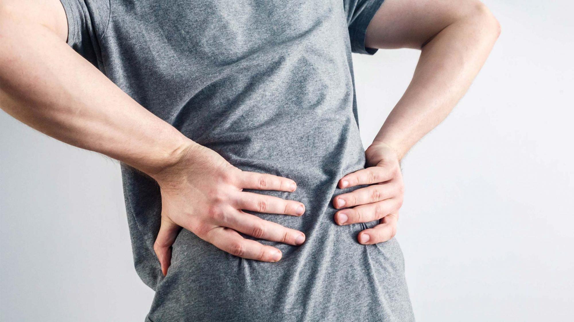Mann krümmt sich vor Rückenschmerzen. Hier hilft nur Bewegung