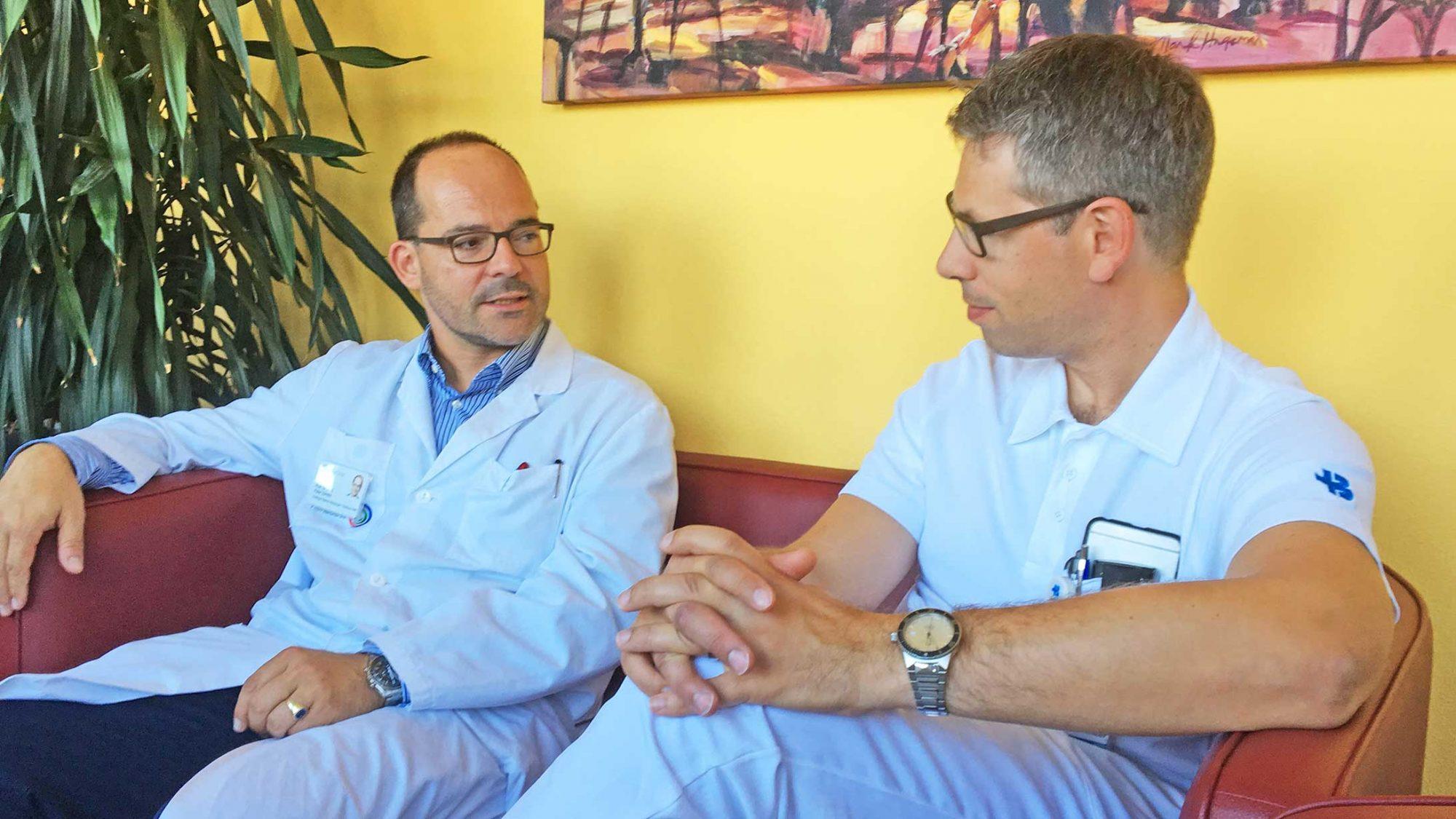 Prof. Dr. Peter Sandor und PD Dr. Alexander Tarnutzer im Gespräch.