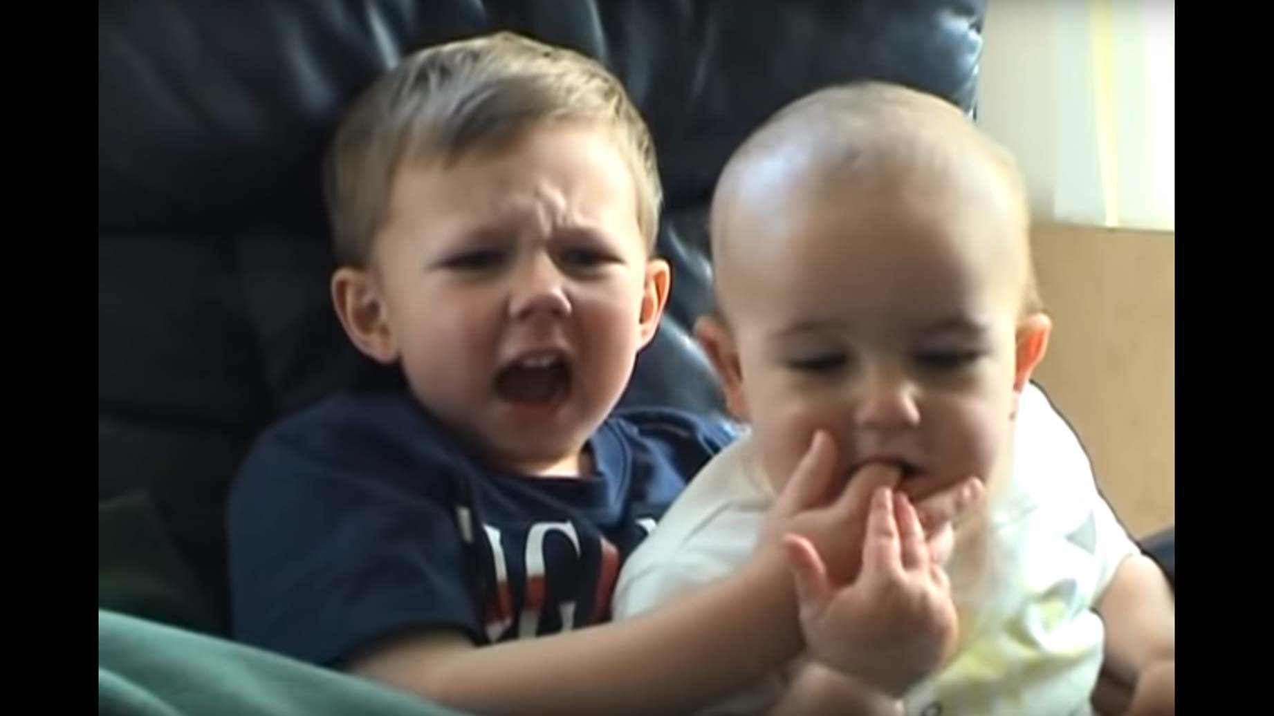 Ein kleiner Bub steckt seinem Bruder sein Fingerchen in das frisch bezahnte Mäulchen. Klar, dass der zubeisst, und wie!
