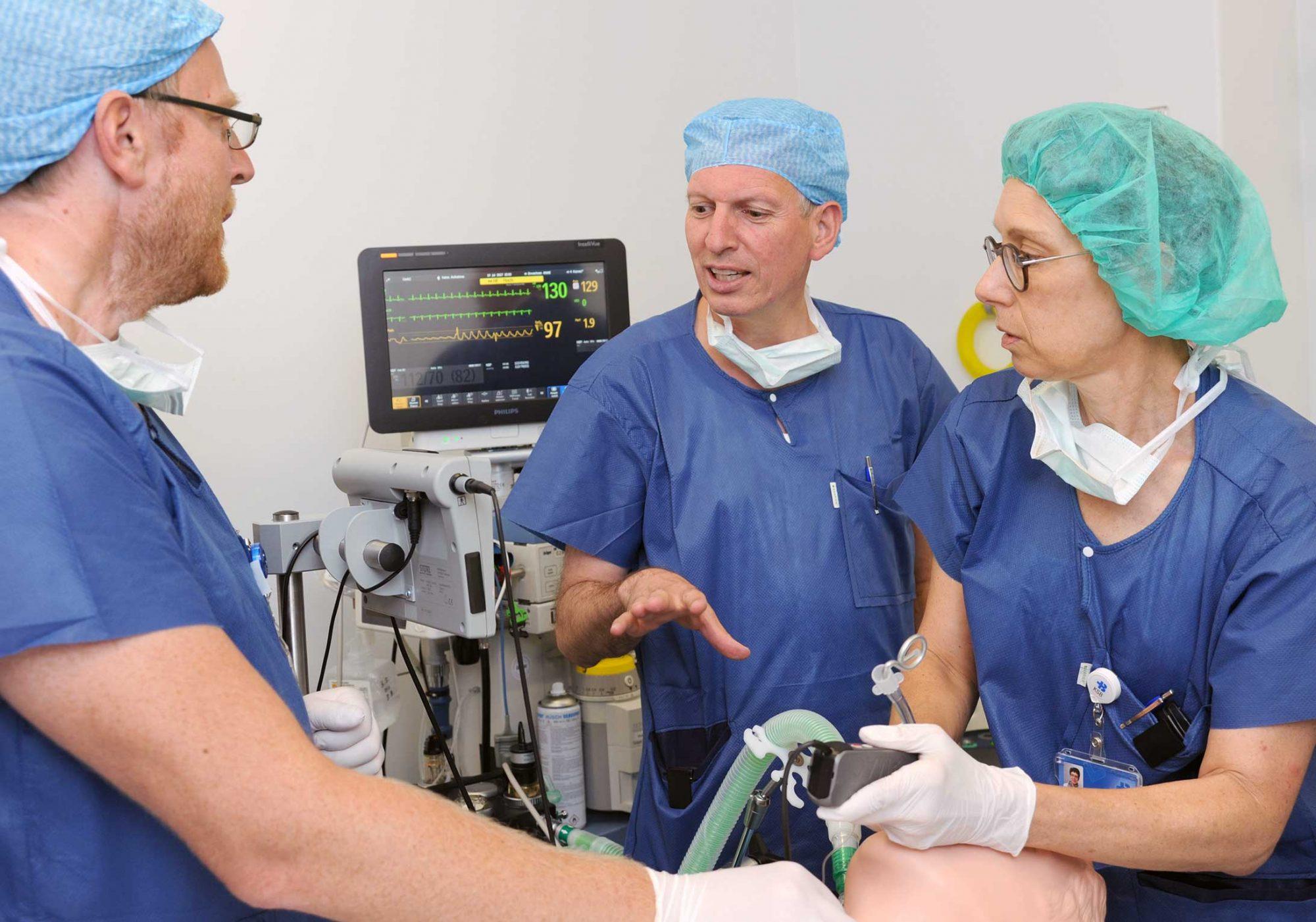 Michael Heesen (in der Mitte) bespricht sich mit seinem Team.