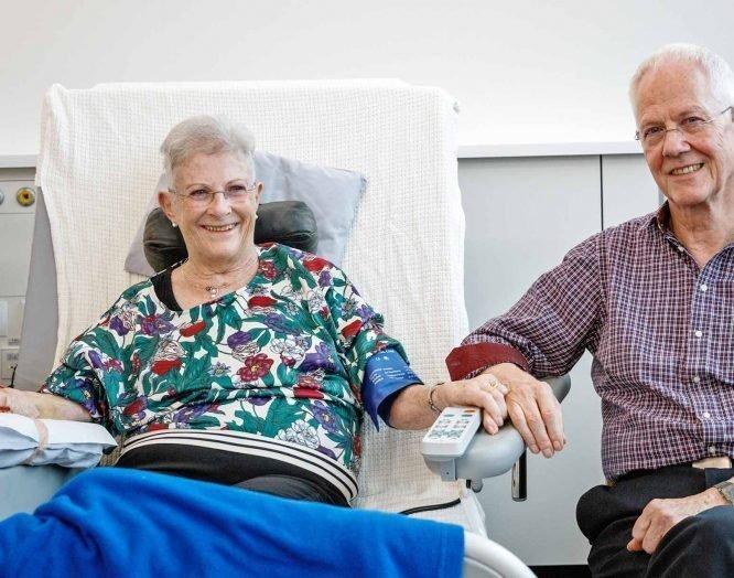 Die Patientin Ursula Amrein und ihr Ehemann bei der Dialyse.