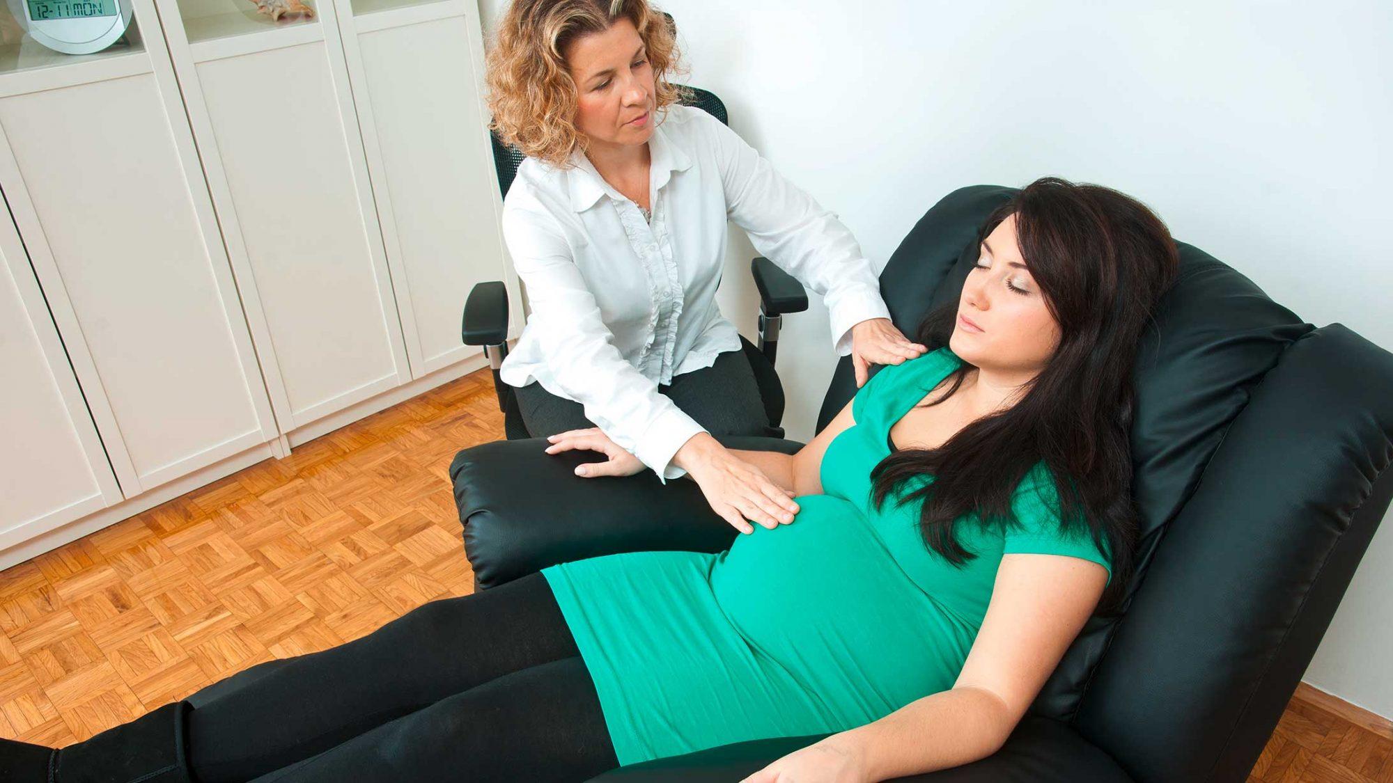 Geburtstrends: Eine Doula betreut eine Schwangere.