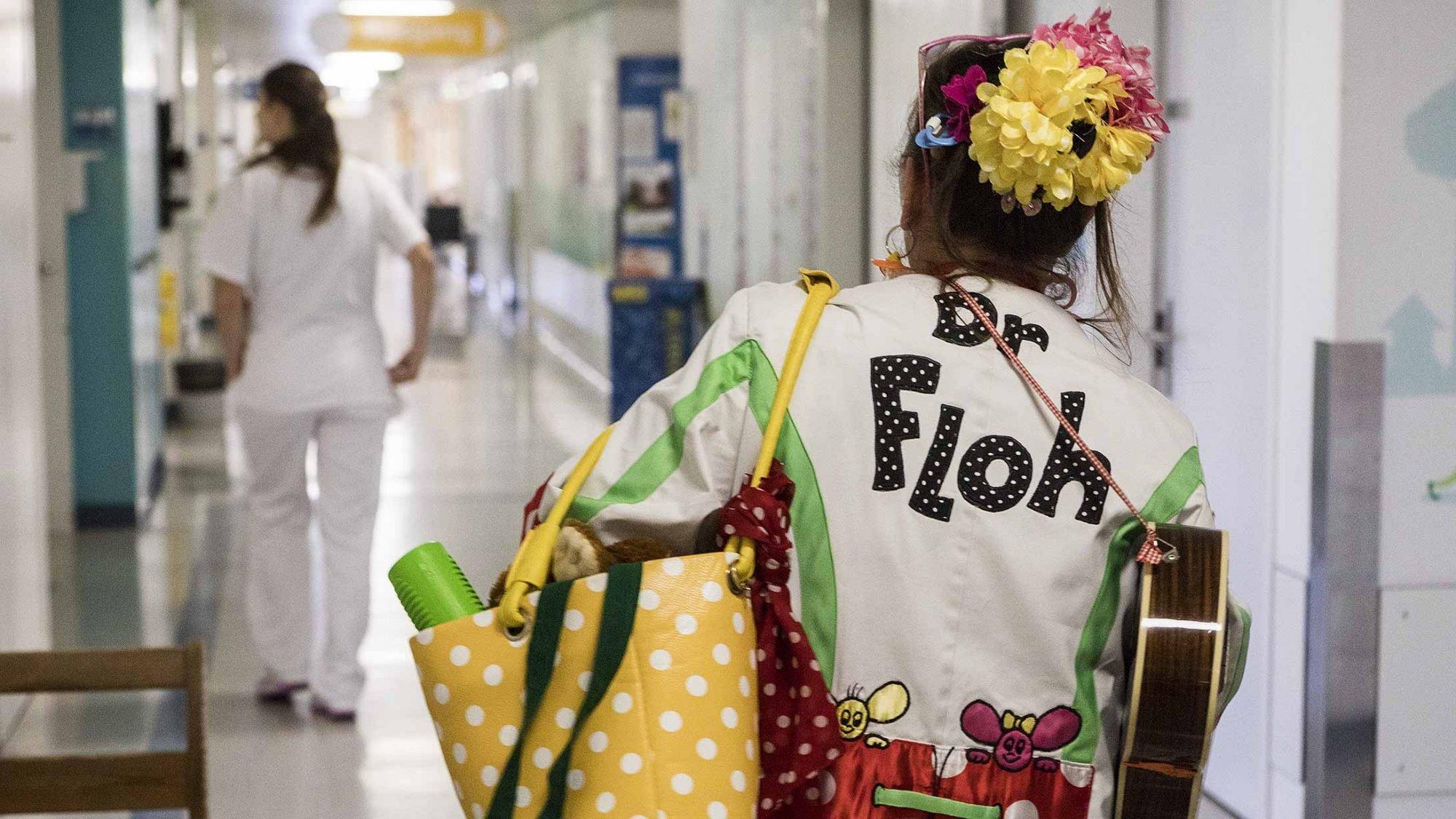 Stiftung Theodora: Dr. Floh läuft durch die Gänge des Kinderspitals.