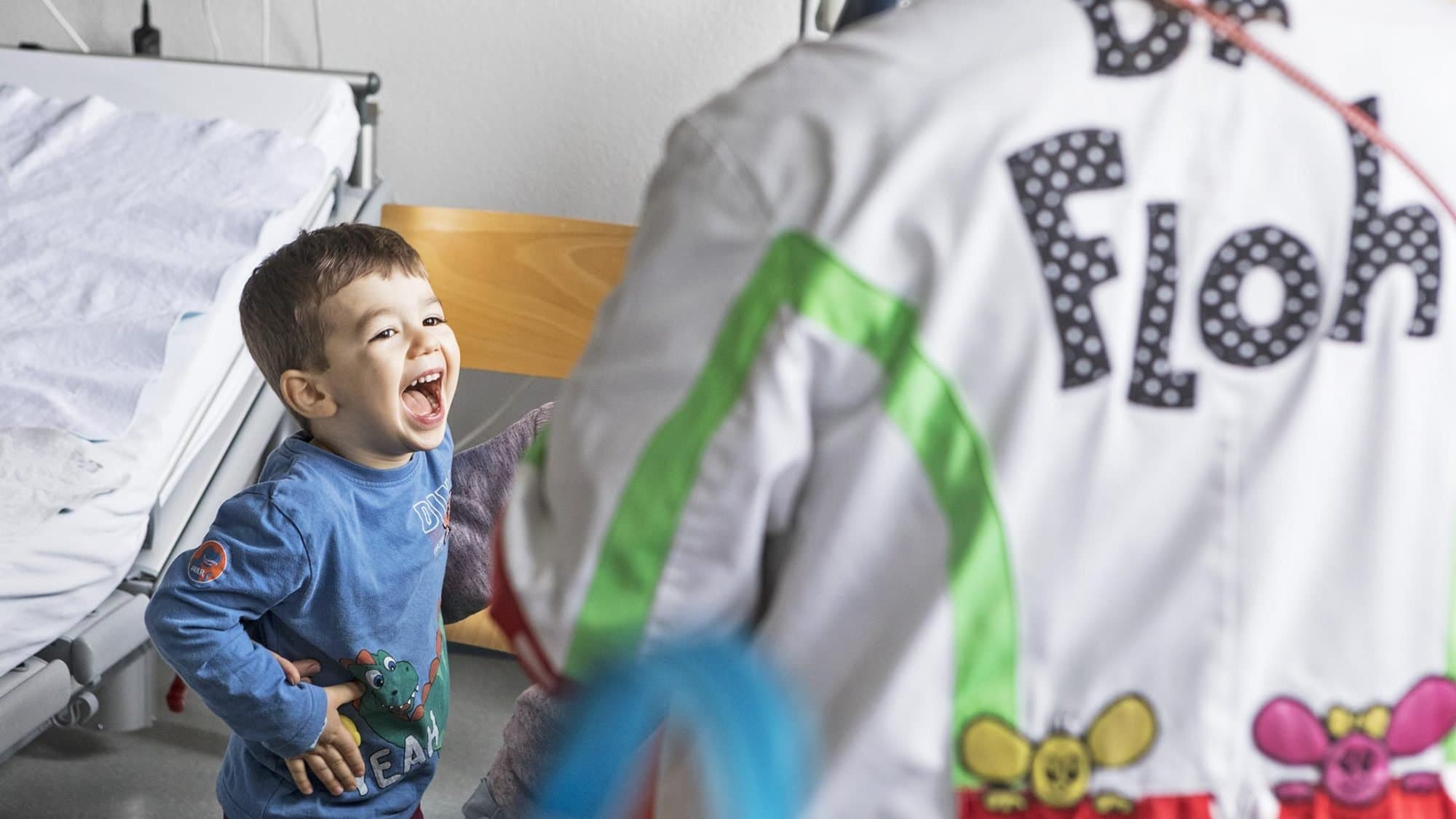 Stiftung Theodora: Dr. Floh mit einem kleinen Patienten.