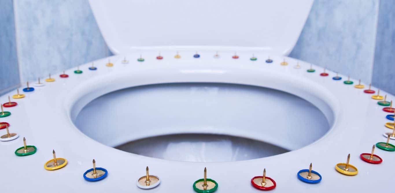 WC mit Nadeln