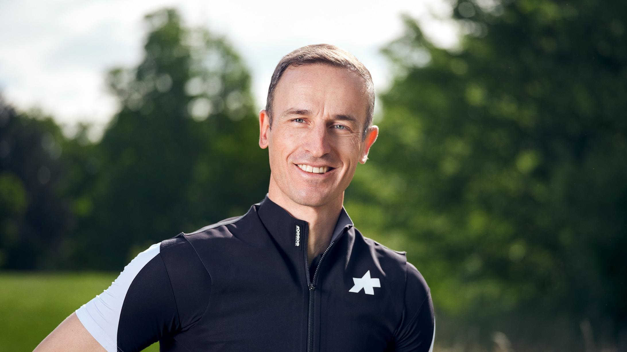 Portraitbild von Tobias Bühler, Leitender Arzt Orthopädie. Er kennt das Knacken in der Hüfte aus eigener Erfahrung.