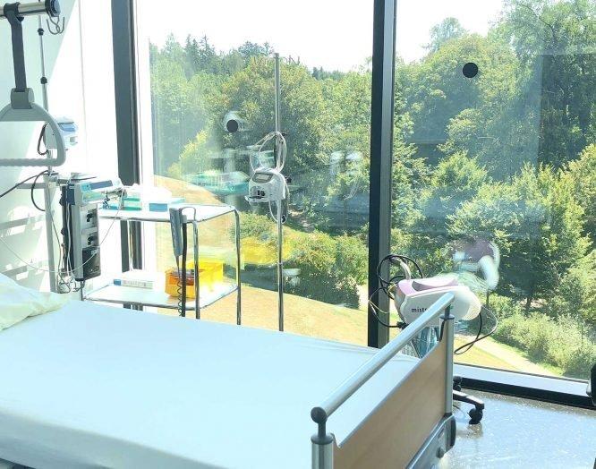 Ein Bett steht am Fenster im ambulanten Operationszentrum Kubus.