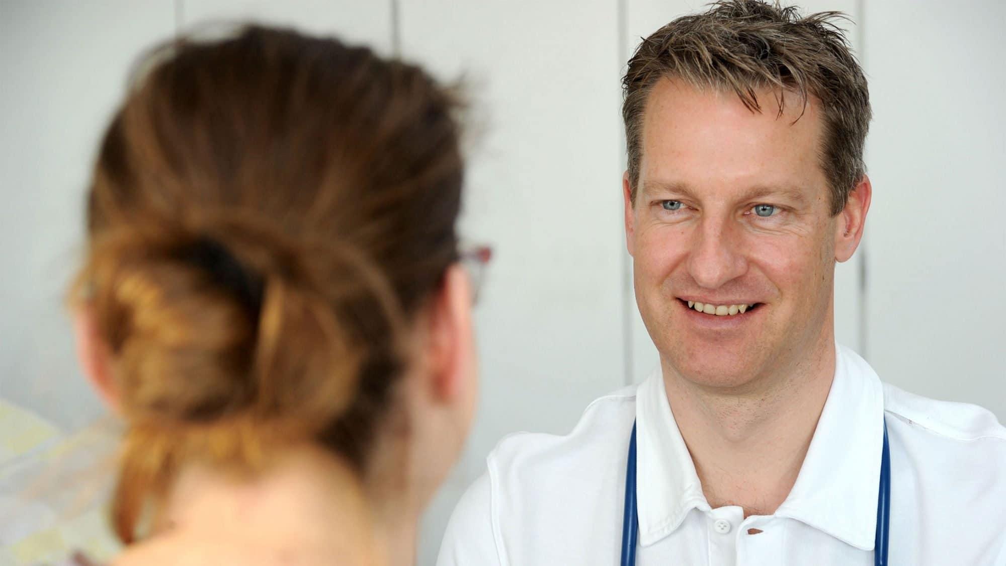 Fabian Deichsel im Gespräch mit einer Patientin
