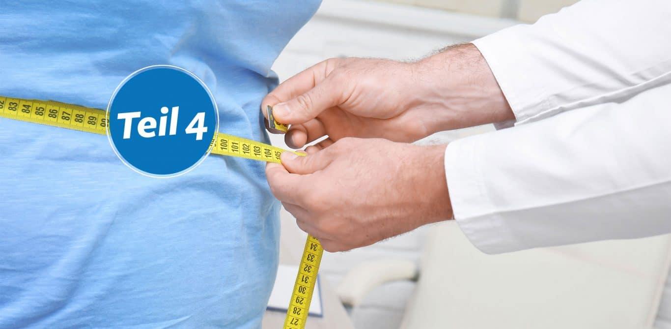 Der Bauchumfang einer Patientin wird gemessen.