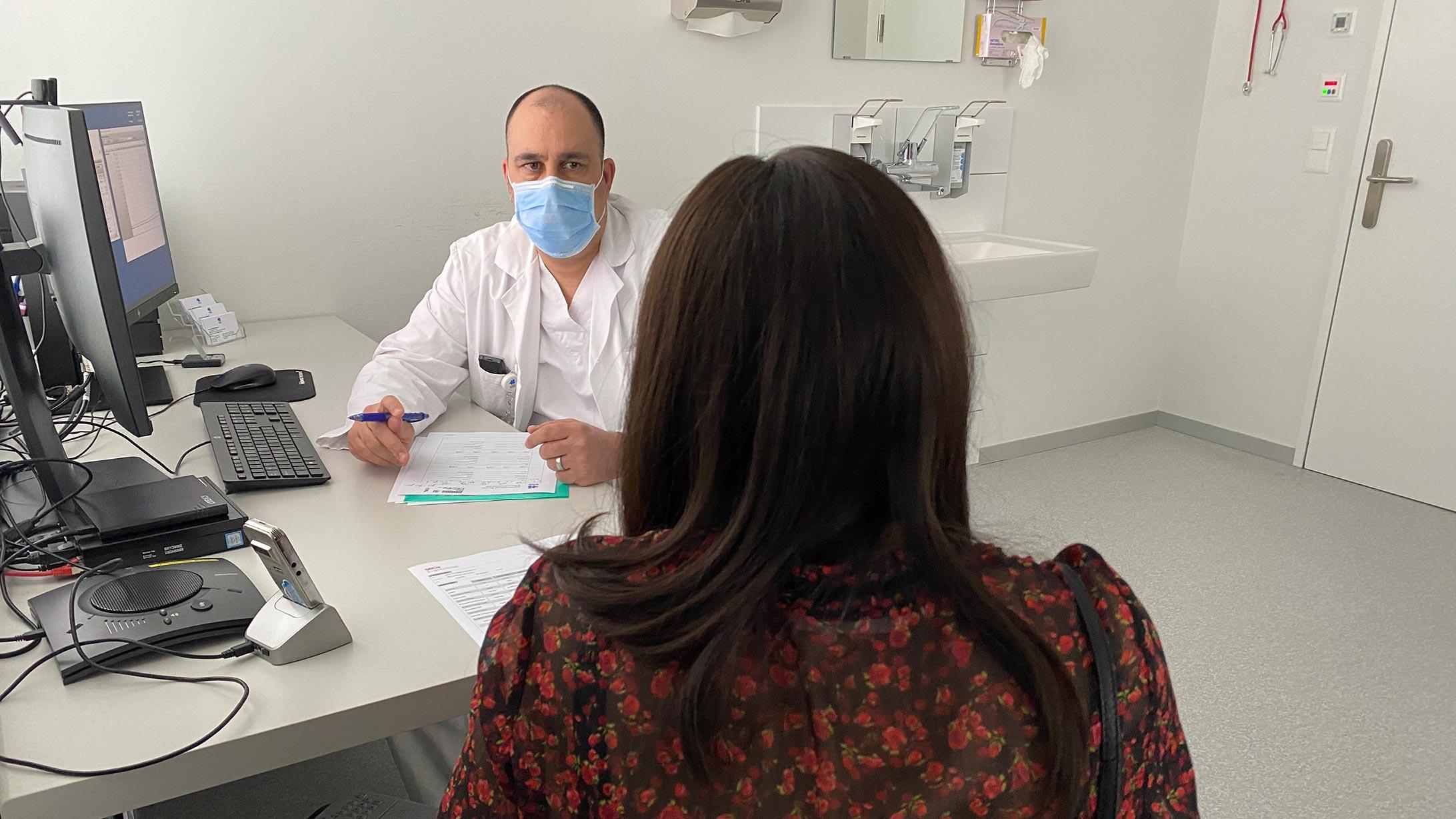 Gespräch zwischen der Patientin mit einem Schlauchmagen und dem behandelnden Arzt.
