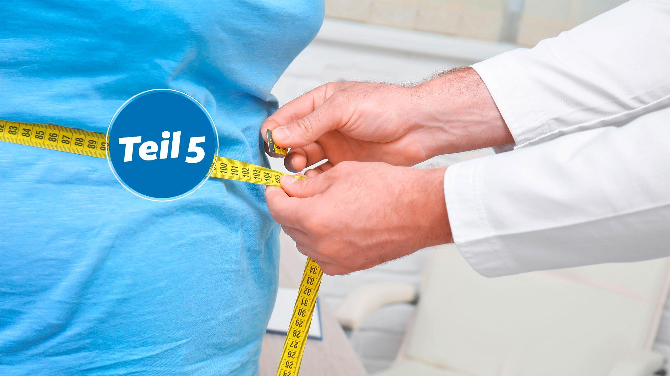 Ein Arzt misst den Bauchumfang einer Patientin. Das Bild steht symbolisch für die Patientin mit einem Schlauchmagen.