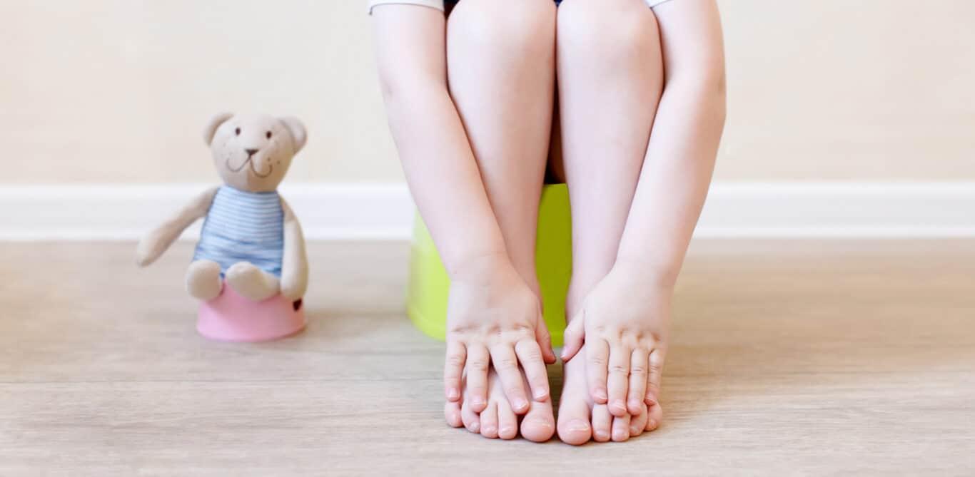 Ein Kind sitzt auf einem Kinderklo