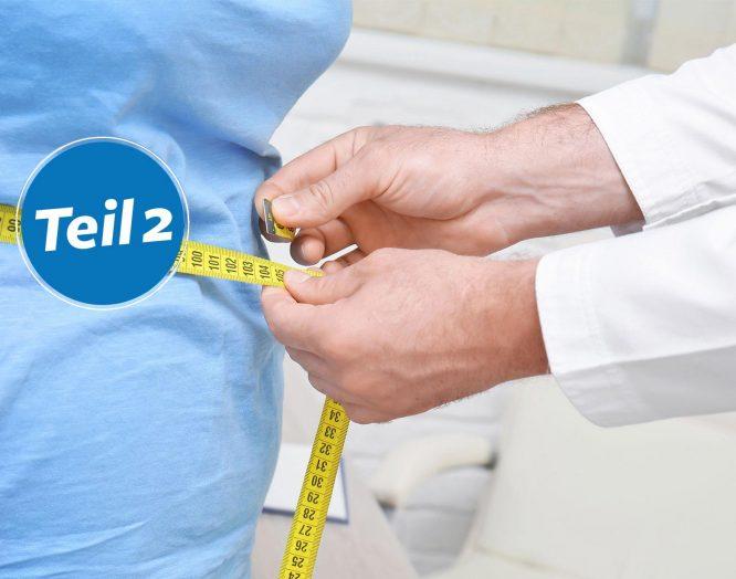 Ein Arzt misst den Bauchumfang einer Patientin.
